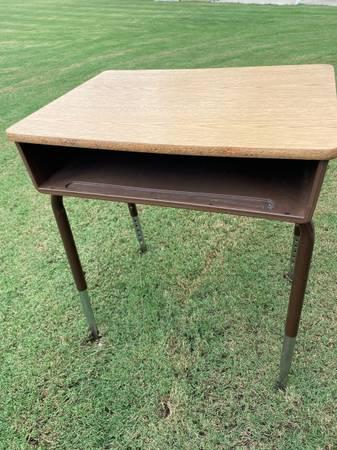 Photo Vintage Old School Desk for home school or work desk. - $35 (Huntsville Area)