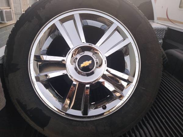 Photo Chevy 6 lug 20 inch wheels with tires - $450