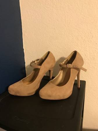 Photo Tan Suede Pumps - $10 (canyon country)