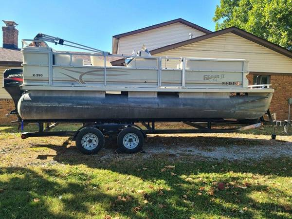 Photo 2002 Crestliner Crest II DL 20 Pontoon boat - $14,500 (McCordsville)