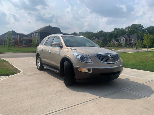 Photo 2009 Buick Enclave CXL - Camera 3rd Row Leather Bluetooth Heated Seats - $7,999 (Fishers)