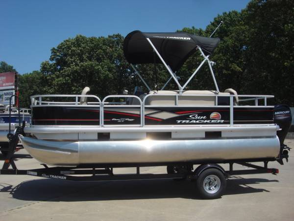 Photo 2018 Sun Tracker Bass Buggy Pontoon Boat - $18950 (Indianapolis)