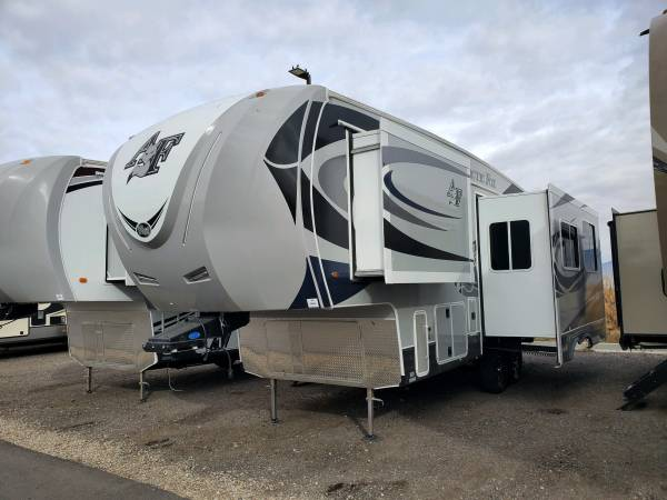 Photo 2019 Arctic Fox 27-5L 5th Wheel - $52,000 (VINCENNES)