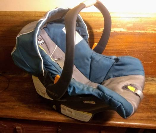 Photo Chicco KeyFit 30 Infant Car Seat with Retractable Hood  Baby Car Seat - $22 (Indianapolis downtown)