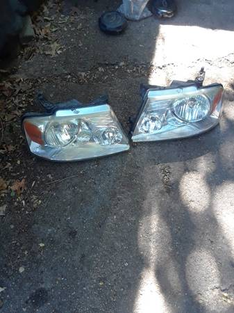 Photo Headlight assembly 05 F150 - $60 (Northside Indianapolis)