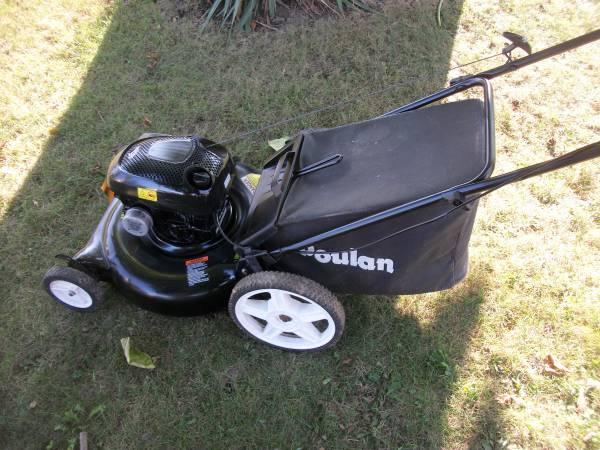 Photo Nice Poulan Big Wheel 21quot Push Mower With Bag Runs Great - $80 (Greenfield)
