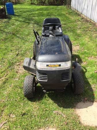 Photo Poulan Riding Mower - $300 (Greenwood)