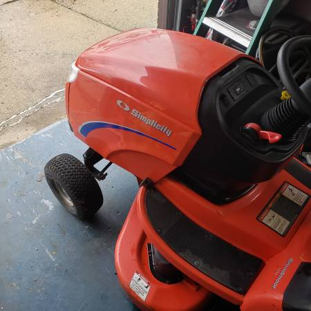Photo Simplicity Broadmoor 44 inch 16HP Lawn Tractor - $350 (Indianapolis)