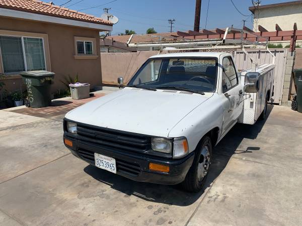 Photo 1990 Toyota utility pick up truck manual transmission runs great - $3,900 (El Monte)