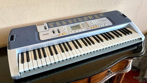 Photo Casio LK-110 Electric Keyboard with Key Lightingi - $45 (Murrieta)