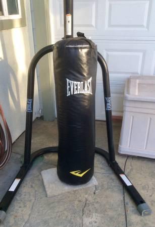 Photo Everlast heavy bag stand and 100 lb bag - $250 (Rancho Cucamonga)