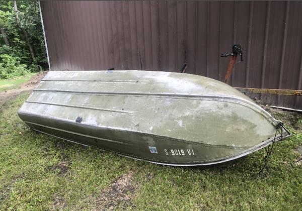 Photo 1439 Aluminum Semi-V-bottom boat and trailer (needs work) - $350 (Ankeny)