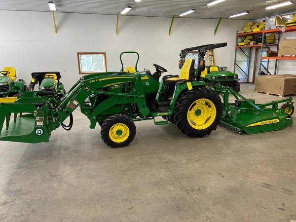 Photo 2019 John Deere 3033R 4wd Tractor w loader, grapple, mower 62hrs - $31,950 (Newton)