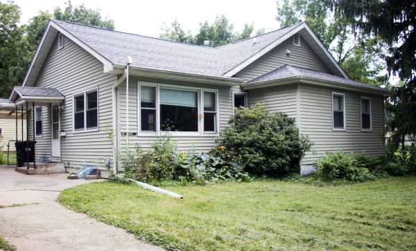 Photo For Rent 3 bedroom home with basement, garage and fenced yard (G Street, Iowa city)