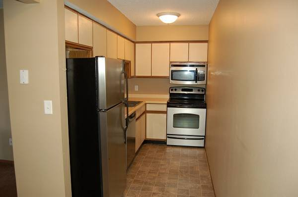 Photo Sublet 1 or 2 Bedroom Apartment FREE Parking Cable Internet Heat Water (906 North Dodge Street Iowa City IA)
