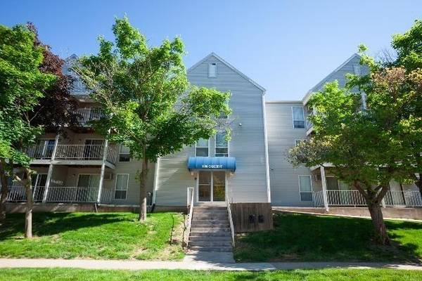 Photo Sublet 1 or 2 Bedroom Apartment Move In Now FREE Garage Parking Nice (1006 Oakcrest Street Iowa City IA)
