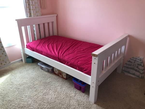 Photo White Twin Bed - $100 (NORTH LIBERTY)