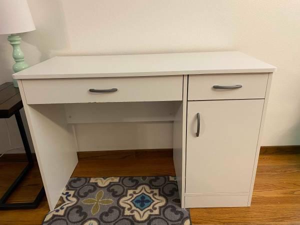 Photo White desk - $40 (Iowa City)