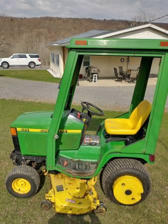 Photo John Deere 425 garden tractor - $3,500 (Locke,New York)