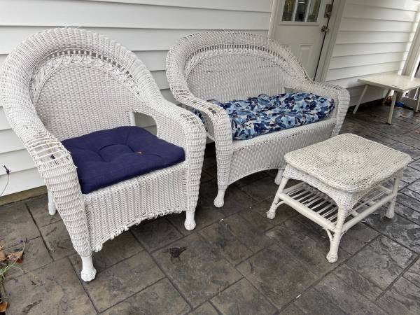 Photo White Wicker 3pc Furniture Set - $80 (Ithaca)