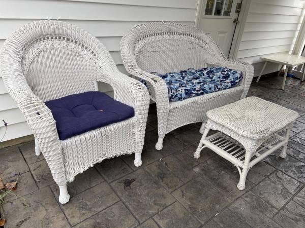 Photo White Wicker 3pc Furniture Set - $80 (Ithaca)