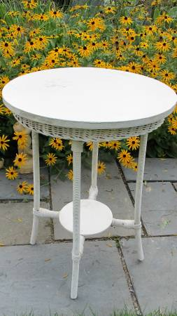 Photo Wicker Round Side Table - White - Antique - $30 (ithaca)