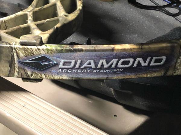 Photo Diamond Carbon Cure Hunting Bow - $400 (Madison, MS)