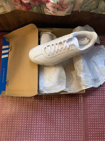 Photo NEW Mens Size 11 Adidas Originals Samoa White Sneaker - $30 (Vicksburg)