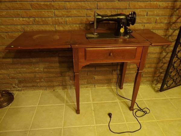 Photo Vintage Singer Sewing Machine in Cabinet - $200 (Crystal Springs)