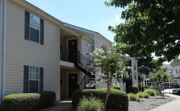 Photo White-on-White Kitchen Appliances, Mini Blinds, Roommate Floor Plan (51 Northtown Drive, Jackson, MS)
