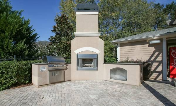 Photo White-on-White Kitchen Appliances, Mini Blinds, Walk-in Closets (51 Northtown Drive, Jackson, MS)