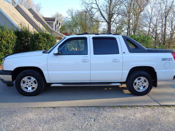Photo 2005 Chevy Avalanche Z71  Heated Leather  Sunroof  LOTS of CREW AV - $7500 (Martin  www.ckmotorsky.com)