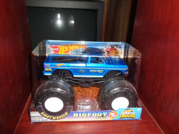 Photo Hot Wheels 4x4x4 124 Big Foot monster truck new - $15 (Humboldt)