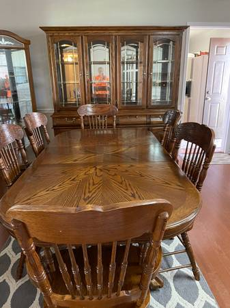 Photo Oak dining table and China cabinet - $700 (Blytheville ar)