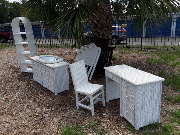 Photo Child39s Wicker Bedroom Set - $125 (1620 Dunn Ave., The Truck Taxi Lot)
