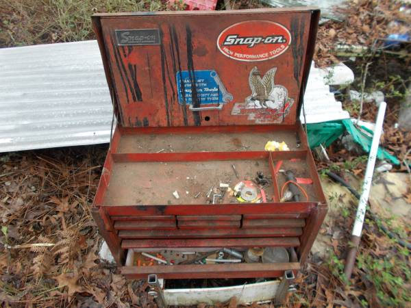 Photo SNAP ON TOP BOX NEEDS TLC - $100 (middleburg)
