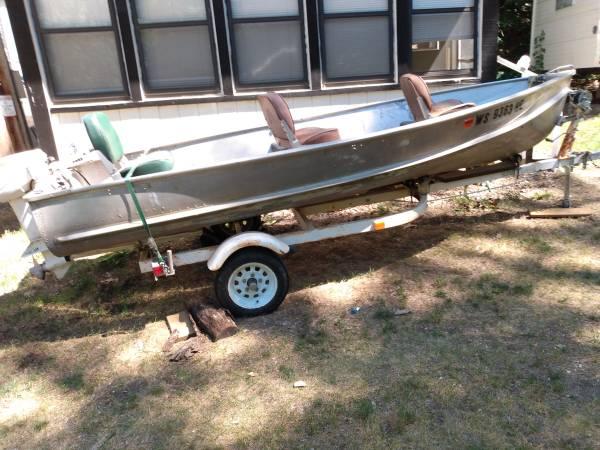 Photo 14 foot crestliner boat sportsman trailer 15 hp Johnson motor - $1,000 (Prarie du chien)