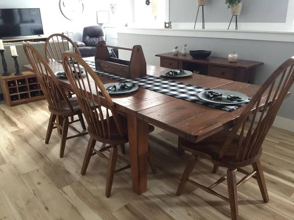 Photo Broyhill Solid Oak Dining table with matching Buffet Table - $1000 (N.E. Janesville)
