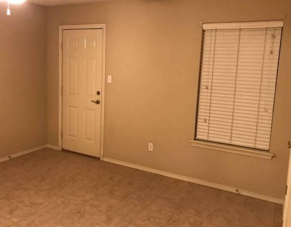 Photo Duplex For Rent Janesville ,(3 bed2) bath with Two car garage. (Janesville)