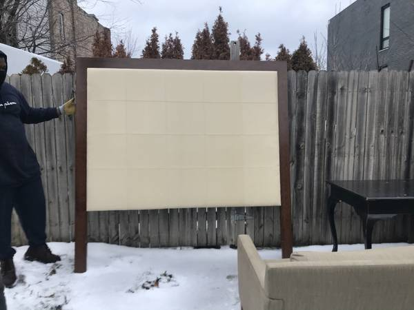 Photo FREE FURNITURE SOFA KING HEADBOARD ETX (WEST LOOPEAST GARFIELD PARK)