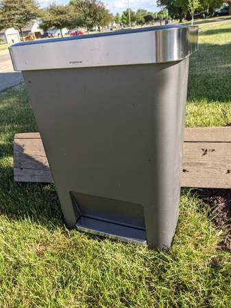 Photo Free simple human 13 gallon trashcan (NE Janesville)