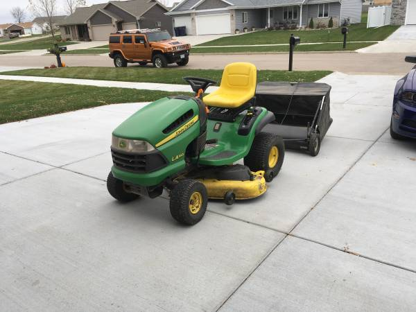 Photo John Deer Lawn Tractor - $900 (Janesville)
