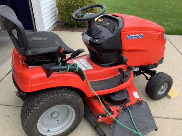 Photo Simplicity lawn tractor - $2,000 (Janesville)
