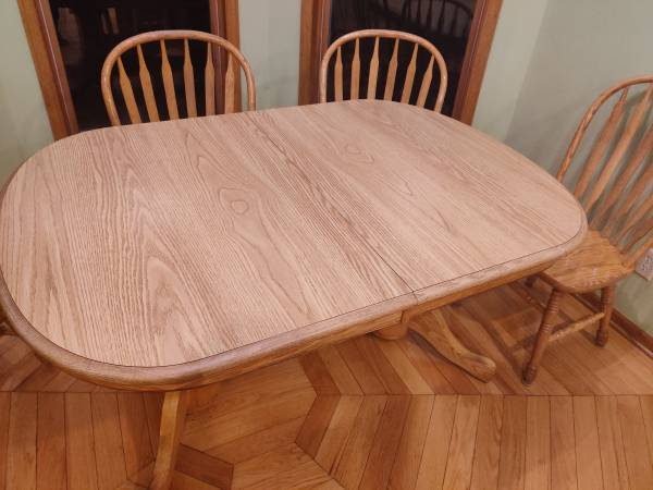 Photo oak dining table and 6 chairs - $450 (Milton)