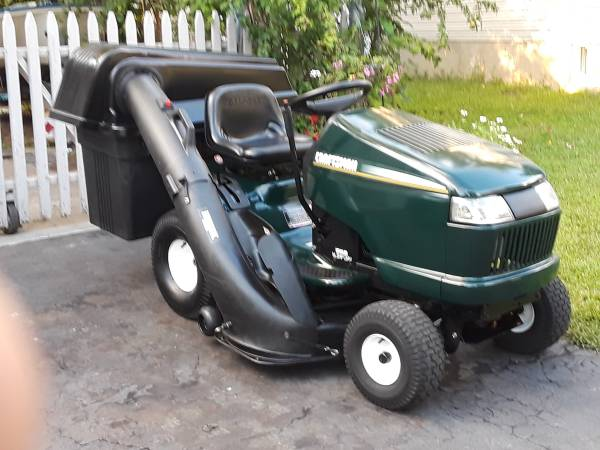 Photo Craftsman DLT Lawn Tractor 46quot hydro, 3 bin bagger, mint condition - $1,000 (East Brunswick)