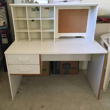 Photo Free white desk and topper (Seaside Park)