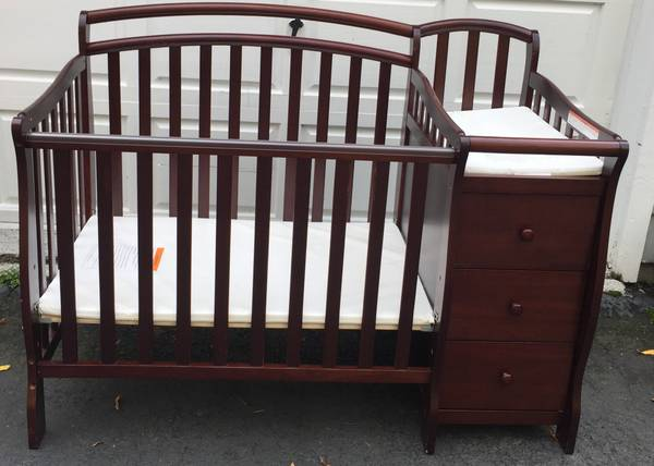Photo Infant Crib and Changing Table (Middletown)