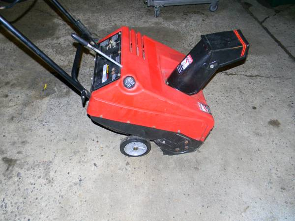 Photo Murray 21 inch 4.5 HP 2 Cycle Gas Snow blower-Runs Good - $40 (MIDDLETOWN)