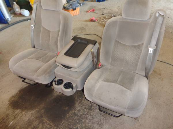 Photo 2003-2006 CHEVY SILVERADO TAN CLOTH SEATS WITH CONSOLE.