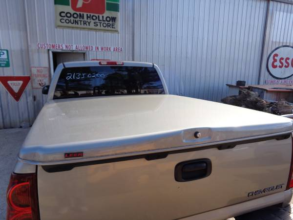 Photo HARD BEDCOVER FOR 1999-2006 CHEVY AND GMC SHORT BED TRUCKS.